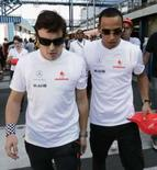 <p>Pilotos da McLaren Lewis Hamilton (direita) e Fernando Alonso caminham no autódromo de Interlagos durante o fim de semana do Grande Prêmio do Brasil de Fórmula 1, em São Paulo. Photo by Bruno Domingos</p>