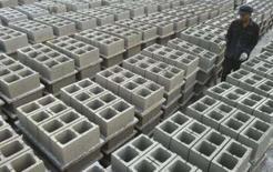 <p>Um trabalhador conta tijolos em fábrica na periferia de Nanjing. A economia da China deve registrar crescimento de 11,5 por cento em 2007, maior resultado desde 1994, em meio à força das exportações, do investimento e do consumo, afirmou um economista do governo em um jornal oficial. Photo by Sean Yong</p>