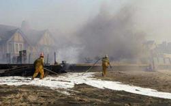 <p>Bombeiros tentam conter incêndio em Malibu, Califórnia. Os incêndios florestais que obrigaram à retirada de milhares de pessoas de suas casas no sul da Califórnia estão atrapalhando a produção de vários programas de TV. Photo by Phil Mccarten</p>