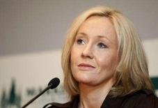 <p>J.K. Rowling fala em coletiva após receber prêmio em Toronto. J.K. Rowling, que se tornou a primeira escritora bilionária graças à sua série de livros Harry Potter, disse nesta terça-feira que ficou surpresa com as reações a seu anúncio de que o diretor da escola do menino mago, Albus Dumbledore, era gay. 23 de outubro. Photo by Mark Blinch</p>