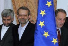 <p>Foto do negociador nuclear do Irã, Saeed Jalili junto a seu antecessor Ali Larijani (centro) e o chefe política externa da UE, Javier Solana, em Roma, 23 de outubro. Irã e União Européia mantiveram na terça-feira em Roma uma reunião que qualificaram de 'construtiva'. Photo by Stringer</p>