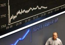 <p>Trader caminha sob o painel DAX na bolsa de valores de Frankfurt. O mercado acionário europeu fechou em baixa nesta quarta-feira, seguindo a queda das ações norte-americanas em meio a preocupações com o setor bancário à medida que a Merrill Lynch reportou baixas contábeis maiores do que o esperado. Photo by Alex Grimm</p>