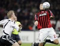 <p>Meia-atacante do Milans Kaká controla a bola diante da marcação de Tomas Hubschman, do Shakthar Donetsk, durante partida da Liga dos Campeões na quarta-feira. Photo by Stefano Rellandini</p>