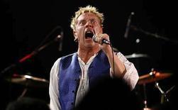 <p>La nostalgia por las alfileres de gancho, las crestas y los gritos de 'anarquía' reinaron el jueves en un club de Sunset Strip con el regreso a los escenarios de los Sex Pistols, en un extraño concierto de cara a la gira de reunión del mes próximo en Gran Bretaña. Alrededor de 500 fanáticos sudorosos atestaron el Roxy Theater para un recital privado, el primer concierto en público en 4 años. Los cuatro músicos tocaron durante una hora casi todo su repertorio, incluidas 'Anarchy in the UK' y 'God Save the Queen'. Photo by Mario Anzuoni/Reuters</p>