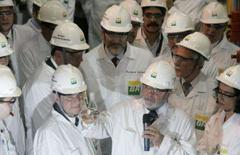 <p>Preocupado com a falta de equipamentos para o setor de petróleo no mercado internacional, o presidente Luiz Inácio Lula da Silva disse que o governo pretende lançar um programa para aumentar a capacidade de produção. Foto de Lula em visita à Petrobras, no Rio de Janeiro, 26 de outubro. Photo by Bruno Domingos</p>