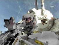 <p>Os astronautas do ônibus espacial Discovery instalaram na sexta-feira uma nova sala na Estação Espacial Internacional, ampliando-a de modo a permitir a chegada de dois novos laboratórios. Foto da Nasa, 26 de outubro. Photo by Nasa Tv</p>