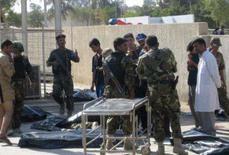 <p>Policiais iraquianos ficam perto dos sacos contendo restos dos corpos dos policiais mortos num ataque bomba suicida em Baquba, a 65 quilômetros ao nordeste de Bagdá. Um homem-bomba em uma bicicleta matou 28 policiais iraquianos que faziam seus exercícios matinais nesta segunda-feira. Photo by Stringer</p>