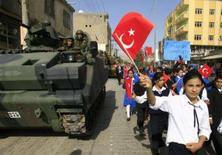 <p>Estudantes agitam bandeiras durante o desfile do Dia de República, em Cizre, fronteira com o Iraque. A Turquia celebrou nesta segunda-feira sua data nacional com uma demonstração de apoio às forças armadas do país, no mesmo dia em que um soldado foi morto por uma mina terrestre deixada por rebeldes curdos. Photo by Osman Orsal</p>