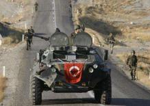 <p>Disparos de helicópteros atingiram nesta segunda-feira posições de curdos rebeldes no sudeste da Turquia. Foto de soldados curdos patrulhando fronteira, em 29 de outubro. Photo by Osman Orsal</p>