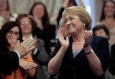 <p>El Gobierno chileno reaccionó el lunes con molestia a una broma del baterista del grupo de rock The Police, Stewart Copeland, sobre la presidenta Michelle Bachelet (en la foto), a pocas semanas de que la banda ofrezca un concierto en el país. En una entrevista al grupo publicada por una revista del diario El Mercurio, el baterista comparó a Bachelet con la recientemente electa mandataria argentina, Cristina Fernández, en términos que no gustaron al Gobierno. Photo by Victor Ruiz Caballero/Reuters</p>