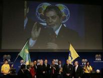 <p>O presidente brasileiro, Luiz Inácio Lula da Silva (centro), em discurso após a nomeação do Brasil como país que sediará a Copa do Mundo da Fifa em 2014. A Amazônia foi um apelo importante para a Fifa escolher o Brasil como sede da Copa do Mundo em 2014. As exigências eram muitas e elevadas apesar da candidatura única, segundo Joseph Blatter, presidente da Fifa, ainda assim a decisão foi unânime. Photo by Michael Buholzer</p>