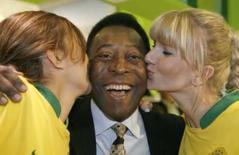 <p>Pelé sorri ao ser beijado por duas modelos vestidas com camisa do Brasil durante feira de negócios no esporte, em Colônia, na Alemanha, nesta quarta-feira. Photo by Ina Fassbender</p>