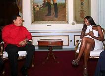 <p>Destacada en las pasarelas y conocida por los escándalos en su vida privada y su lucha humanitaria, la modelo británica Naomi Campbell expresó estar bien 'impresionada' con la situación de Venezuela, luego de sostener una extensa reunión con el presidente Hugo Chávez. Ataviada de un ceñido traje blanco de la firma Fendi y cabello suelto, la diva sostuvo una conversación de más de cuatro horas la noche del martes con el mandatario para conocer el proyecto socialista que impulsa en la nación sudamericana. Photo by Reuters (Handout)</p>