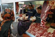 <p>Mulher compra carne fresca em mercado de Ashgabat, no Turcomenistão. Manter-se magro e evitar o consumo excessivo de carne vermelha e de vinho é uma das melhores maneiras de prevenir o câncer, revelou um novo estudo. Photo by Staff</p>