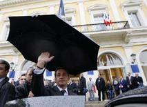 <p>O presidente Nicolas Sarkozy (centro) foi duramente criticado na quarta-feira pelos franceses por se dar um aumento salarial de 140 por cento, enquanto grande parte da população se aflige com os preços do pão, do leite e do queijo. Foto em Córsega, França, 31 de outubro. Photo by Philippe Wojazer</p>