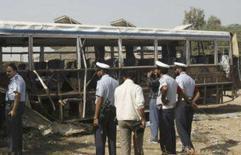 <p>Seguranças da força aérea paquistanesa perto de ônibus danificado em ataque suicida em Sargodha. Um homem-bomba em uma motocicleta atingiu um ônibus da Força Aérea paquistanesa, matando ao menos oito pessoas nesta quinta-feira. Photo by Mohsin Raza</p>