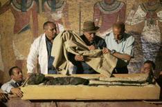 <p>O Egito colocou a múmia de Tutancâmon em exposição no Vale dos Reis neste domingo, dando aos visitantes a primeira chance de ver o rosto do jovem faraó que morreu há mais de 3.000 anos. Photo by Pool</p>