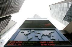 <p>Painel em edifício comercial mostra a cotação de fechamento das ações de diferentes pregões, em Hong Kong. Os mercados acionários asiáticos fecharam em queda nesta segunda-feira, influenciados pelo comportamento das ações do setor financeiro por conta das persistentes preocupações com crédito. Photo by Reuters</p>