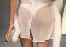 <p>Modelo vestida como enfermeira apresenta uma criação para o desfile de moda da Bandi-Panda na Semana de Moda da China, em Pequim. O artista chinês Zhao Bandi levou a consciência social à Semana de Moda da China, abrindo o evento com uma coleção que dá destaque a problemas nacionais. Photo by Jason Lee</p>