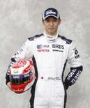 <p>Piloto japonês Kazuki Nakajima posa com macacão da Williams. Ele foi confirmado nesta quarta-feira como piloto titular da equipe para 2008, ao lado do alemão Nico Rosberg. Photo by Adrees Latif</p>