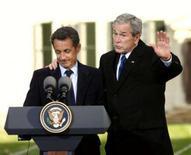 <p>Os presidentes da França e dos Estados Unidos decidiram na quarta-feira manter a pressão contra o programa nuclear do Irã, em um sinal de reaproximação dos dois países. Foto de George W. Bush (direita) com o presidente francês Nicolas Sarkozy nos EUA, 7 de novembro. Photo by Kevin Lamarque</p>