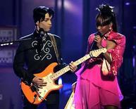 <p>Sitios en internet de seguidores de Prince afirman que recibieron una notificación legal para sacar todas las imágenes del cantante, sus canciones y 'cualquier cosa relacionada a la imagen de Prince', y dijeron que lucharían contra lo que calificaron como censura. La medida fue una sorpresa para sus seguidores y se produjo dos meses después de que Prince amenazara con demandar a YouTube y otros sitios importantes de internet por usar su música sin autorización. Photo by Mario Anzuoni/Reuters</p>