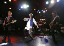 <p>Membros do conjunto de rock Sex Pistols se apresentam no Roxy Bar, em Los Angeles. Os Sex Pistols cantaram, gritaram e rosnaram seus maiores sucessos na noite de quinta-feira, no início de sua breve turnê de reencontro, e as primeiras críticas elogiaram os músicos cinquentões por terem conservado sua sujeira e fúria. Photo by Mario Anzuoni</p>