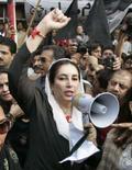 <p>Polícia do Paquistão impede Bhutto de visitar magistrado deposto. A polícia paquistanesa impediu no sábado a líder oposicionista Benazir Bhutto de visitar o deposto chefe de Justiça em sua casa, onde ele é mantido desde que um estado de emergência foi imposto. 10 de novembro. Photo by Mian Khursheed</p>