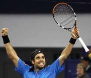 <p>Chileno Fernando González comemora vitória sobre Roger Federer na estréia dos tenistas na Masters Cup de Xangai, nesta segunda-feira. Photo by Nir Elias</p>
