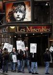 <p>La mayoría de los teatros de Broadway permanecían cerrados el sábado, debido a una huelga de tramoyistas en contra de los propietarios y los productores teatrales, que dejó a miles de personas con sus boletos comprados y exigiendo la devolución del dinero. La huelga, que se realiza cuando se aproxima la temporada crucial de las fiestas de fin de año en Estados Unidos, podría durar desde unos días hasta varias semanas más, según ambos sectores en disputa. Photo by Chip East/Reuters</p>