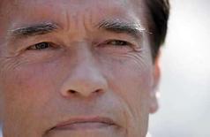 <p>Tras semanas de supervisar los esfuerzos para combatir devastadores incendios y un derrame de crudo, el gobernador de California, Arnold Schwarzenegger (en la foto), está interviniendo en otro potencial desastre: una huelga de guionistas contra los estudios de cine y televisión. La ex estrella de películas de acción se reunió el lunes con líderes del Gremio de Escritores de Estados Unidos (WGA, por su sigla en inglés) y se contactaba por teléfono el martes con algunos ejecutivos de los estudios cinematográficos, dijo a Reuters su portavoz, Aaron McLear. Photo by John Gress/Reuters</p>
