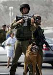 <p>Soldado israelense assume posição de vigia em Hawara, perto de Nablus, em foto de arquivo. Israel prepara-se discretamente para a possibilidade de conviver com um Irã detentor de armas nucleares, apesar de suas promessas de impedir o arqui-rival de se transformar em uma 'ameaça existencial', afirmaram nesta quinta-feira políticos e integrantes da área de defesa israelenses. Photo by Abed Omar Qusini  REUTERS/Abed Omar Qusini (WEST BANK)</p>