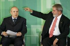 <p>O presidente Luiz Inácio Lula da Silva gesticula ao lado do Ministro da Fazenda, Guido Mantega, durante uma cerimônia no Palácio do Planalto, em Brasília. Lula afirmou na noite de quarta-feira que a CPMF 'é coisa de rico' e que a classe empresarial não deveria reclamar de quanto paga. Photo by Jamil Bittar</p>