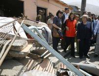 <p>A presidente chilena Michelle Bachelet (direita) visita vítimas do terremoto em Tocopilla. Bachelet percorreu na quinta-feira a zona do norte do país afetada na véspera por um terremoto de magnitude 7,7, que continua causando fortes tremores secundários. Photo by Mariana Bazo</p>