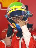 <p>O piloto da Ferrari Felipe Massa ajusta o capecete durante treino no circuito da Catalunya, próximo a Barcelona, nesta sexta-feira. Photo by Albert Gea</p>