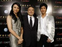 <p>O diretor Ang Lee (centro) posa junto aos atores Tang Wei (esq) e  Wang Leehom do filme 'Lust, Caution', na Califórnia. Uma empresa chinesa de software antivírus alertou contra ofertas de downloads gratuitos do novo filme de Lee, afirmando que sites anunciando o material estão contaminados com vírus. Photo by Mario Anzuoni</p>