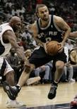<p>Armador do San Antonio Spurs Tony Parker (direita) parte para uma bandeja em partida contra o Atlanta Hawks, na terça-feira. Photo by Tami Chappell</p>