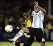 <p>Colombiano Ruben Dario Bustos disputa jogada com o argentino Juan Román Riquelme durante partida entre as equipes pelas eliminatórias da Copa do Mundo de 2010. Photo by Jose Miguel Gomez</p>