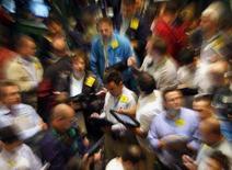 <p>Os preços do petróleo nos Estados Unidos fecharam em queda nesta quarta-feira, pressionados por um aumento expressivo nos estoques no ponto de entrega da bolsa de futuros Nymex, localizado em Oklahoma. Foto de operadores da bolsa Nymex, 21 de novembro em Nova York. Photo by Brendan Mcdermid</p>