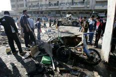 <p>Residentes em meio aos destroços do ataque a bomba no mercado de animais domésticosl, em Bagdá. Pelo menos 13 pessoas morreram nesta sexta-feira e 57 ficaram feridas após a explosão de uma bomba escondida dentro de uma caixa com pássaros em uma popular feira de animais domésticos no centro de Bagdá. Photo by Mahmoud Raouf Mahmoud</p>