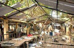 <p>Local da explosão da bomba na cidade de Faizabad, norte da Índia. Pelo menos doze pessoas morreram e 50 ficaram feridas na sexta-feira em explosões ocorridas perto de tribunais de três cidades indianas, que o governo atribuiu a atentados terroristas. Photo by Stringer</p>