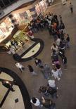 <p>Consumidores fazem fila diante da Disney Store na California. A temporada 2007 de compras de fim de ano começou nos Estados Unidos com uma multidão de consumidores correndo atrás das primeiras promoções em um dos dias de compras mais movimentados do ano. 23 de novembro. Photo by Phil Mccarten</p>