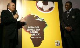 <p>O presidente da FIFA, Sepp Blatter, apresenta o pôster oficial da Copa do Mundo de 2010: o desenho do continente africano formando o perfil de um jogador cabeceando uma bola, em Durban, África Sul, 23 de novembro. Photo by Mike Hutchings</p>
