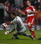 <p>O meio-campo francês Franck Ribery (vermelho) deu passe para um gol e fez outro na vitória deste sábado do Bayern de Munique por 2 x 1 sobre o Wolfsburg, treinado pelo ex-técnico do Bayern, Felix Magath. Foto em  Munique, 24 de novembro. Photo by Alexandra Beier</p>