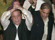 <p>O ex-primeiro-ministro paquistanês Nawaz Sharif (esquerda) chegou à cidade paquistanesa de Lahore no domingo, após sete anos de exílio. Foto em Lahore, 25 de novembro, com Sharif acompanhado de seu irmão Shahbaz Sharif, 25 de novembro. Photo by Mian Khursheed</p>