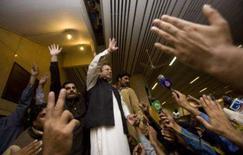 <p>Após voltar ao Paquistão depois de anos de exílio, o ex-primeiro-ministro Nawaz Sharif (centro) afirmou neste domingo estar determinado a livrar o país da ditadura. Foto em Lahore, 25 de novembro. Photo by Adrees Latif</p>