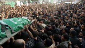 <p>Palestinos carregam o corpo de Mustafa al-Ja'aber, militante do Hamas, durante seu funeral, no norte da Faixa de Gaza. O presidente dos Estados Unidos, George W. Bush, encontra nesta segunda-feira os líderes palestino e israelense para tentar retomar o processo de paz do Oriente Médio ainda durante seu mandato, que termina daqui a 14 meses. Photo by Reuters</p>