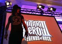 <p>O guitarrista Slash durante o fim da apresentação do jogo Guitar Hero III, durante a  E3 Media and Business Summit, na Califórnia, em julho. A Activision, segunda maior produtora de games dos EUA, elevou sua projeção trimestral na terça-feira, mencionando as fortes vendas de seus jogos 'Guitar Hero III' e 'Call of Duty'. Photo by Mario Anzuoni</p>