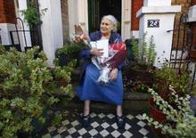 <p>A romancista britânica Doris Lessing na porta de sua casa, em Londres. A escritora britânica Doris Lessing, 87, ganhadora do Nobel de literatura de 2007, não irá à cerimônia de entrega do prêmio, que acontece em dezembro em Estocolmo, afirmou a Fundação Nobel na quarta-feira. Photo by Kieran Doherty</p>