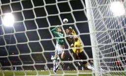 <p>O Werder Bremen derrotou o Real Madrid por 3 x 2 nesta quarta-feira para seguir com chances de avançar na Liga dos Campeões, enquanto o time espanhol ainda não se garantiu nas oitavas-de-final. Foto de gol do Werder, em Bremen, 28 de novembro. Photo by Kai Pfaffenbach</p>